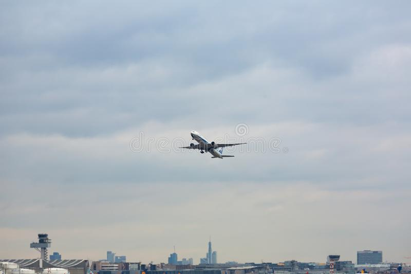 Avion au-dessus de la ville photo libre de droits