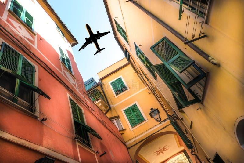 Download Avion Au-dessus De La Ville Photo stock - Image du conceptuel, mouche: 76086608