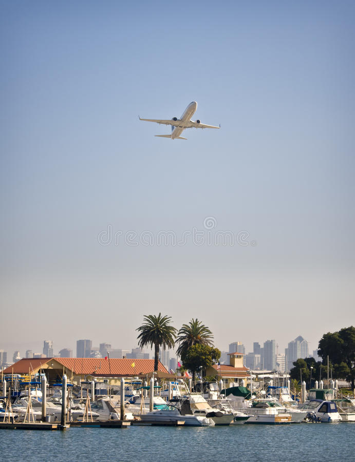 Avion au-dessus de marina, San Diego la Californie image stock