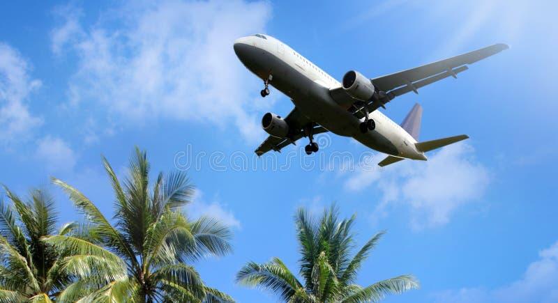 Avion au-dessus des nuages photographie stock