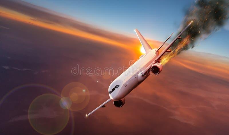 Avion avec le moteur sur le feu, concept de catastrophe aérienne photographie stock libre de droits