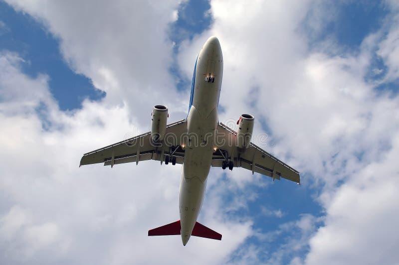 Avion blanc et nuages photographie stock libre de droits