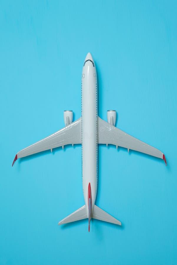 Avion blanc sur un bleu photo libre de droits
