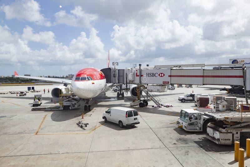 avion bolivien prêt à embarquer à l'aéroport international de Miami images stock