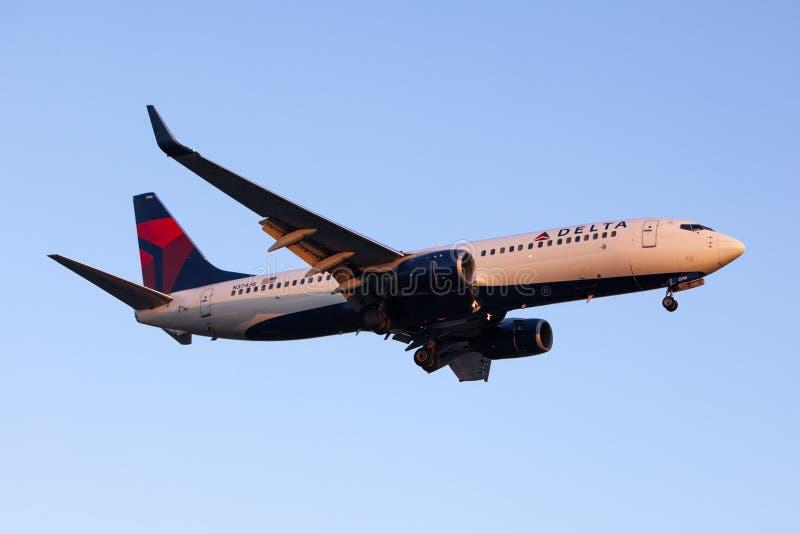 Avion commercial de Delta Air Lines Boeing 737 photographie stock