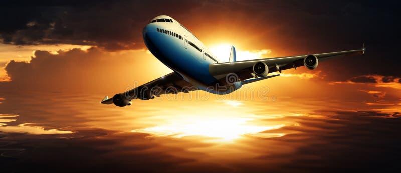Avion commercial volant au-dessus de l'eau au coucher du soleil image stock