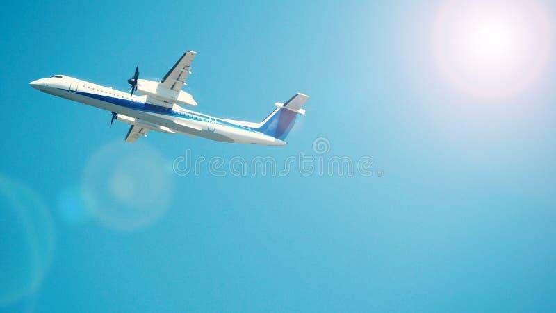 Avion décollant au ciel de la piste d'aéroport photos libres de droits