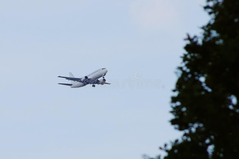 Avion décollant au ciel Avion de passagers photo libre de droits
