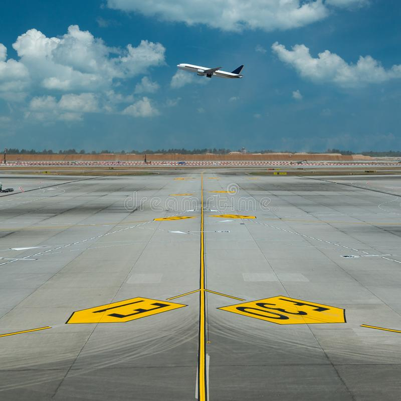 Avion décollant d'une piste d'un aéroport image libre de droits