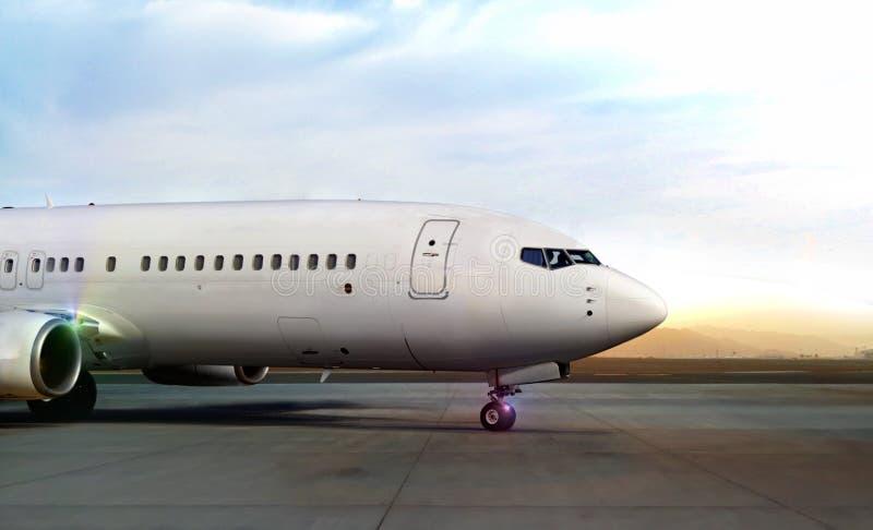 Avion décollant de la piste d'aéroport image libre de droits