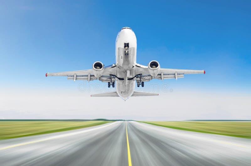 Avion décollant du bleu de ciel d'aéroport de piste photo libre de droits