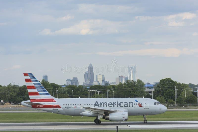 Avion décollant sur la piste chez Charlotte Airport photos stock