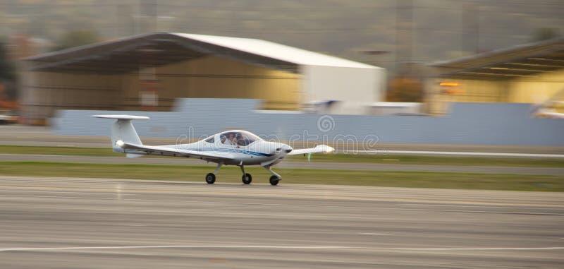 Avion d'école de vol dans le mouvement image stock