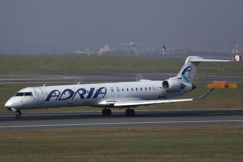 Avion d'Adria Airways roulant au sol sur la piste photo libre de droits