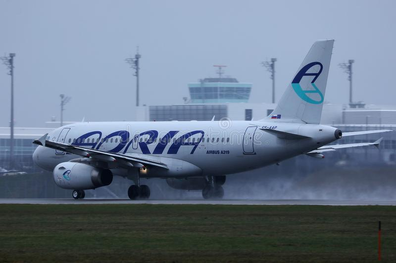 Avion d'Adria Airways roulant au sol sur la piste photos libres de droits