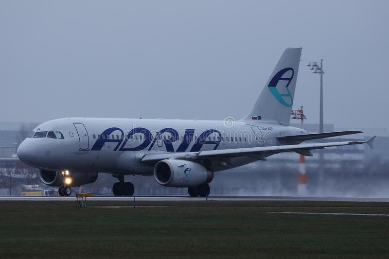 Avion d'Adria Airways roulant au sol sur la piste image stock