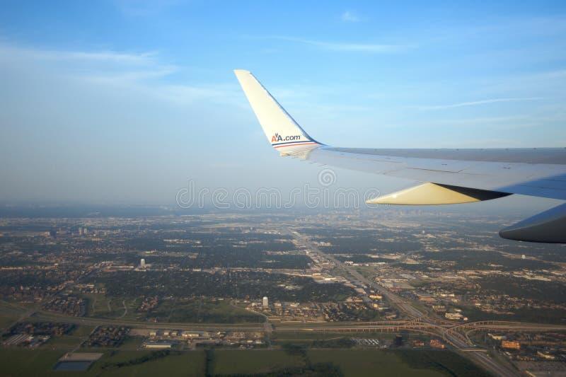 Avion d'American Airlines au-dessus de Dallas images libres de droits