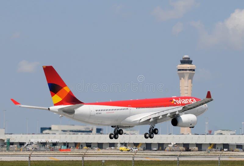 Avion d'Avianca à l'International de Miami image stock