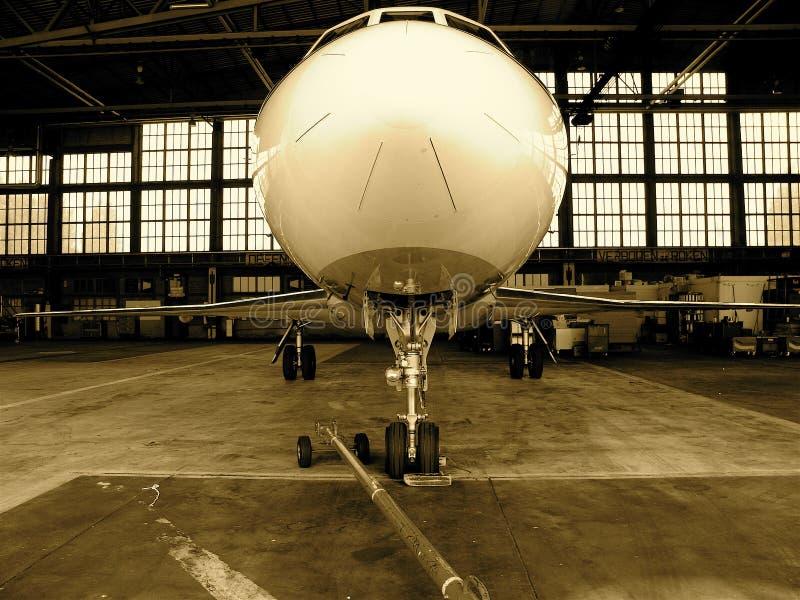 Avion d'avion à réaction dans la bride de fixation photos stock