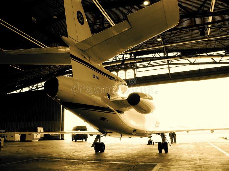 Avion d'avion à réaction dans la bride de fixation photographie stock libre de droits