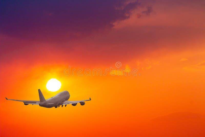Avion d'avion de passagers dans le ciel L'avion vole haut au-dessus des nuages image stock