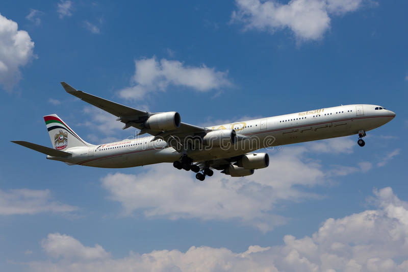 Avion d'Etihad Airbus A340 images libres de droits