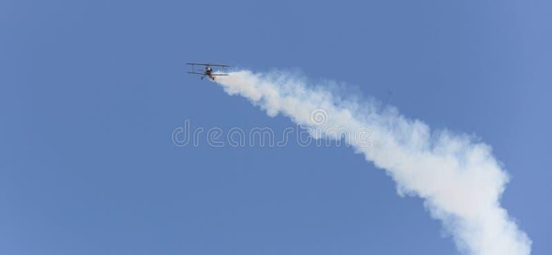 Download Avion D'insecte De Cascade Dans Le Ciel Image stock - Image du spécial, petit: 76081205