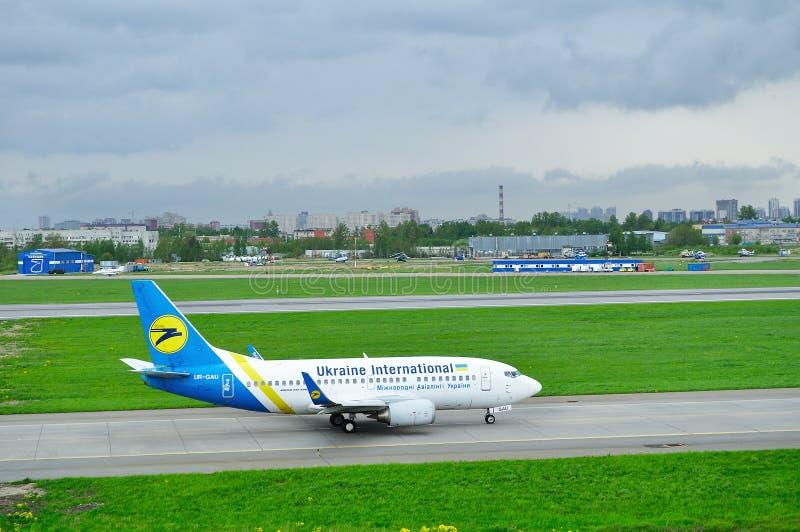 Avion d'Ukraine International Airlines Boeing 737-500 dans l'aéroport international de Pulkovo à St Petersburg, Russie photos libres de droits