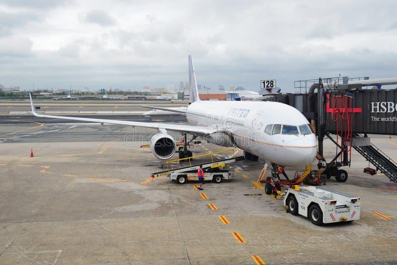 Avion d'United Airlines à l'aéroport de Newark photo libre de droits