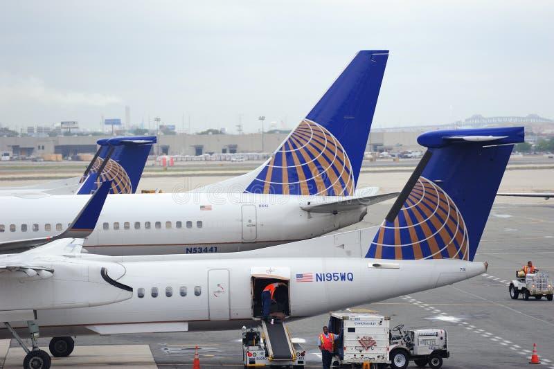 Avion d'United Airlines à l'aéroport de Newark image libre de droits