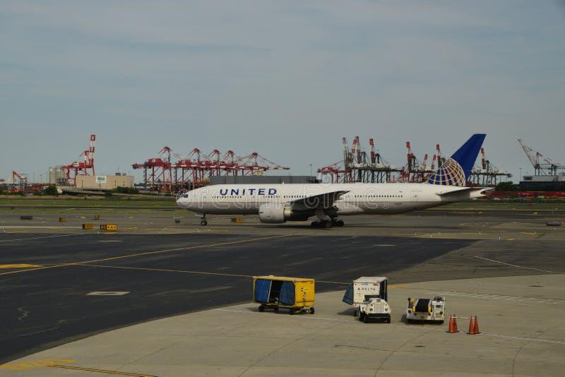 Avion d'United Airlines à Newark Liberty International Airport image libre de droits