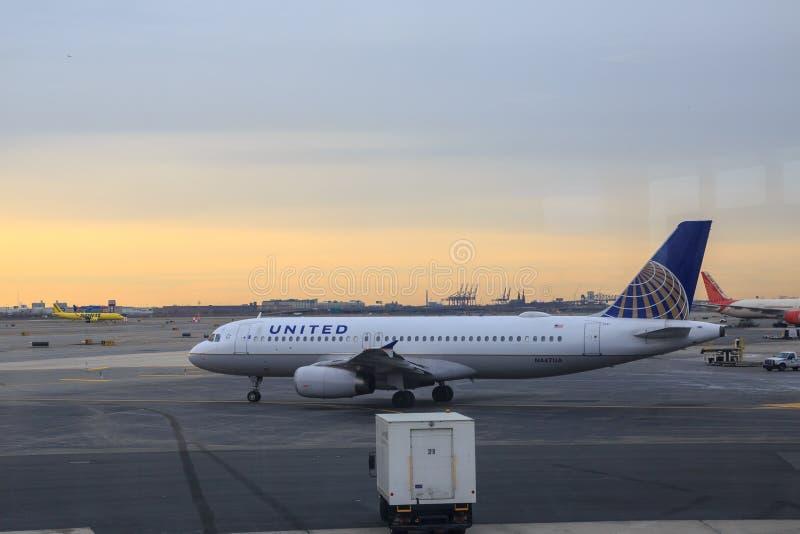 Avion d'United Airlines dans l'aéroport de Newark image libre de droits