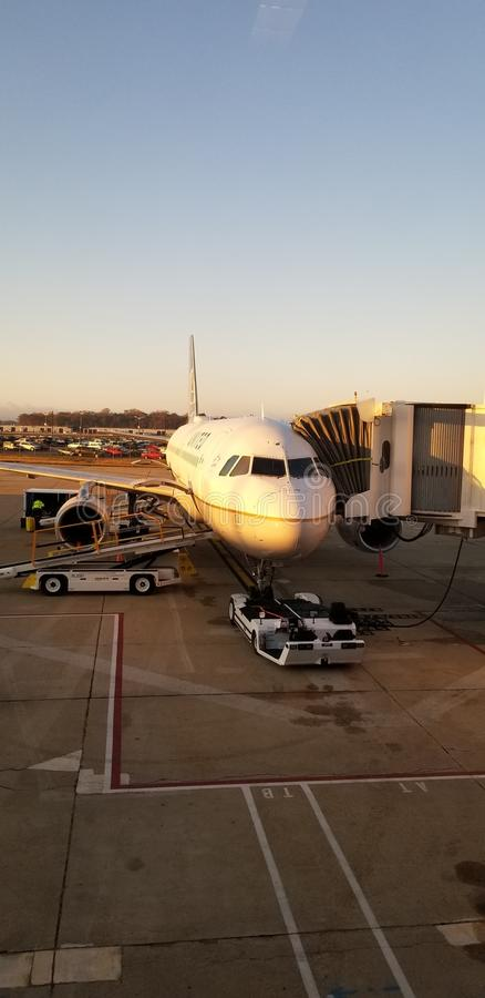 Avion d'United Airlines sur le terminal photo libre de droits