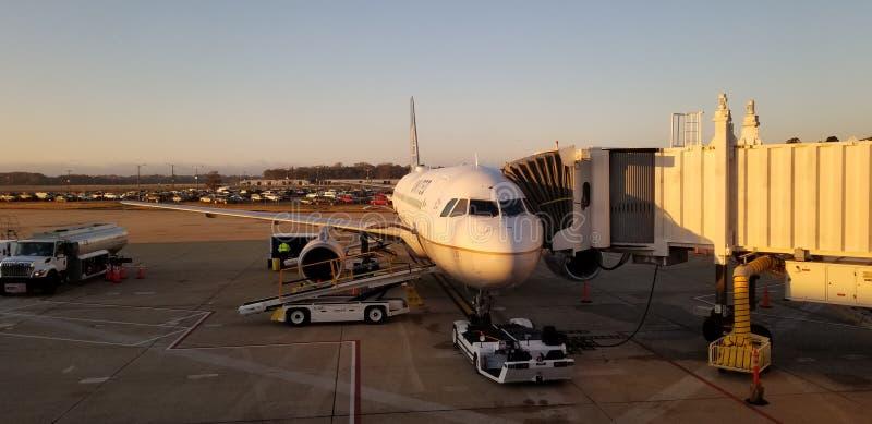 Avion d'United Airlines sur le terminal image stock