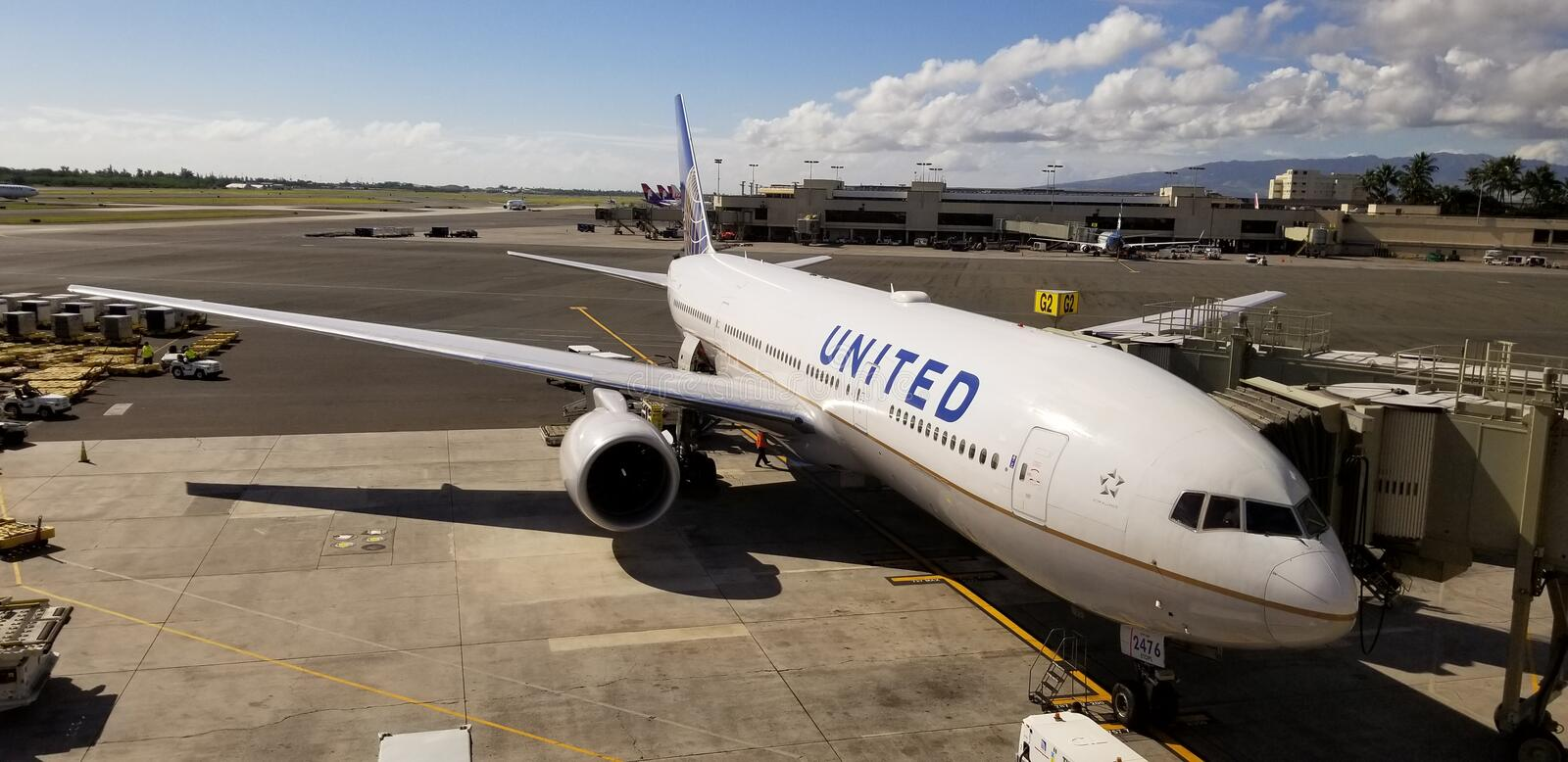 Avion d'United Airlines sur le terminal images stock