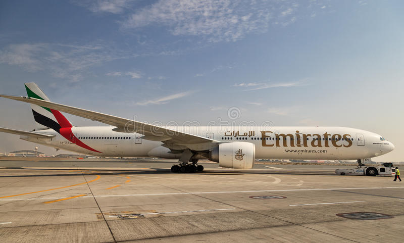 Avion dans l'aéroport de Dubaï image libre de droits