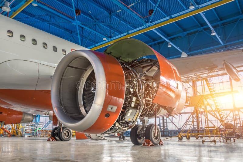 Avion dans le hangar, le moteur sous le plan rapproché de réparation image stock