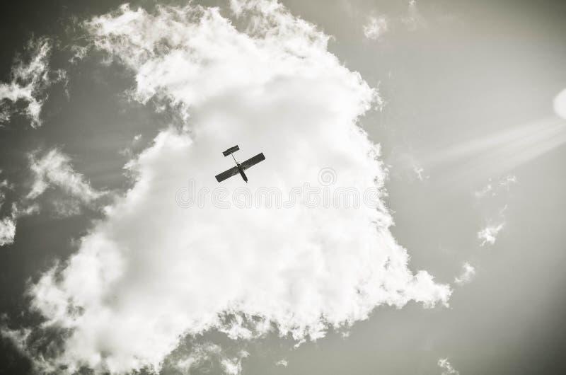Avion dans les nuages photo stock