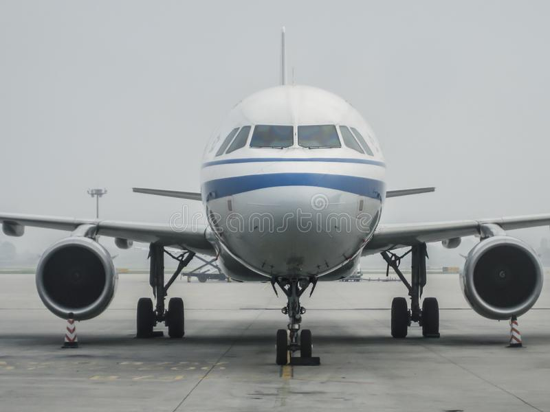 Avion de Boeing 777-300ER de l'amarrage d'Air China à l'aéroport international XIY de Xiaan Xianyang photos stock
