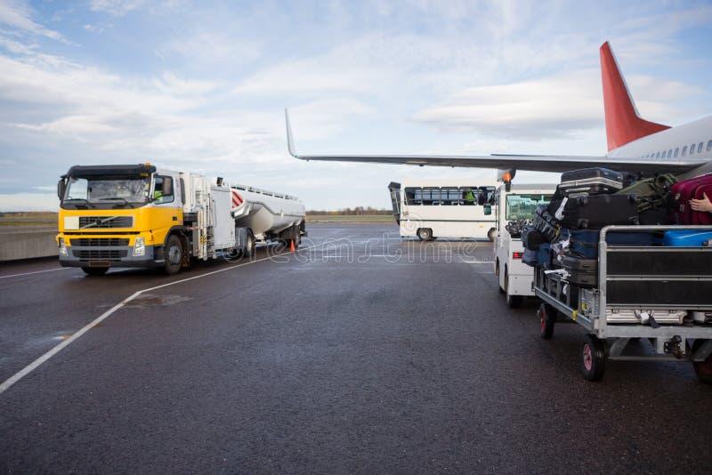 Avion de camion-citerne sur la piste humide d'aéroport images stock