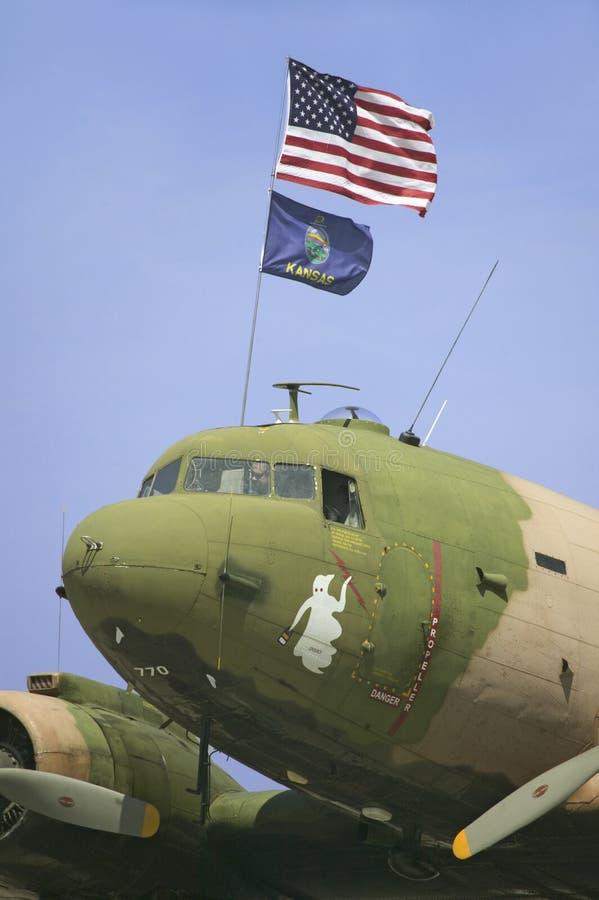 Avion de charge de C-47 de la deuxième guerre mondiale de cru images libres de droits