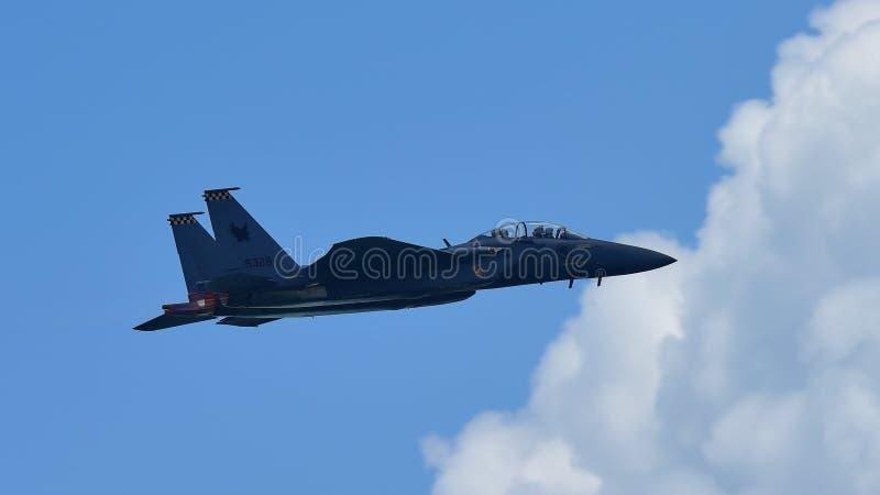 Avion de chasse de RSAF F15-SG exécutant des acrobaties aériennes à Singapour Airshow image stock