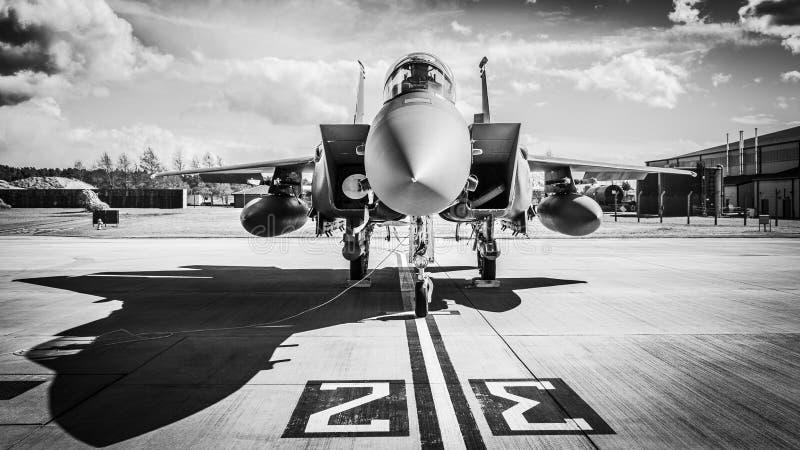 Avion de chasse sur la piste image stock