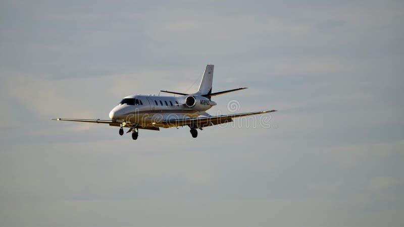 Avion de citation de Cessna entrant pour un atterrissage photo libre de droits