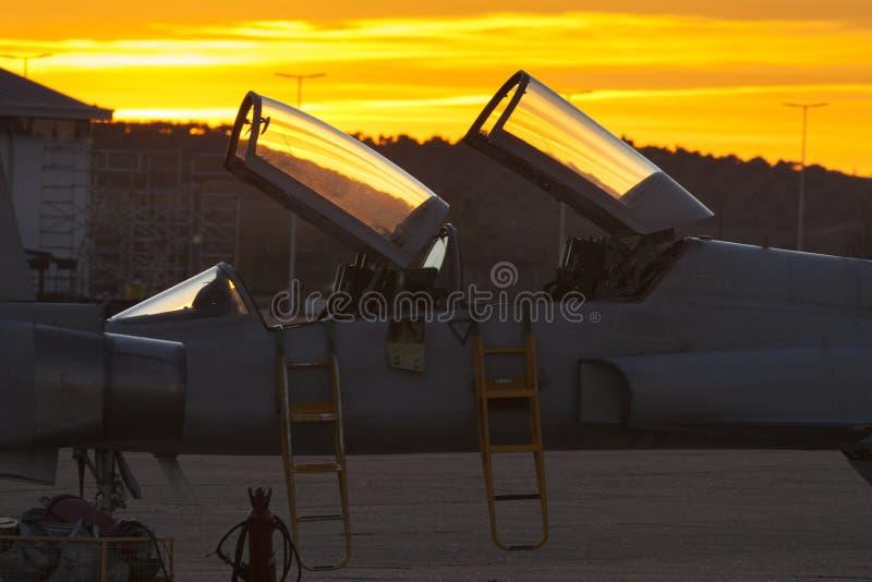 Avion de combat au lever de soleil photo libre de droits