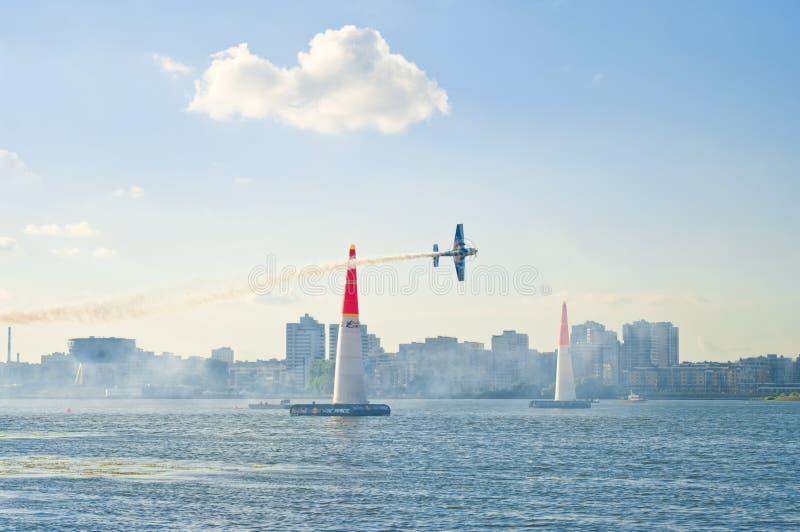 Avion de course d'air de Red Bull volant au-dessus de la rivière en Russie photographie stock