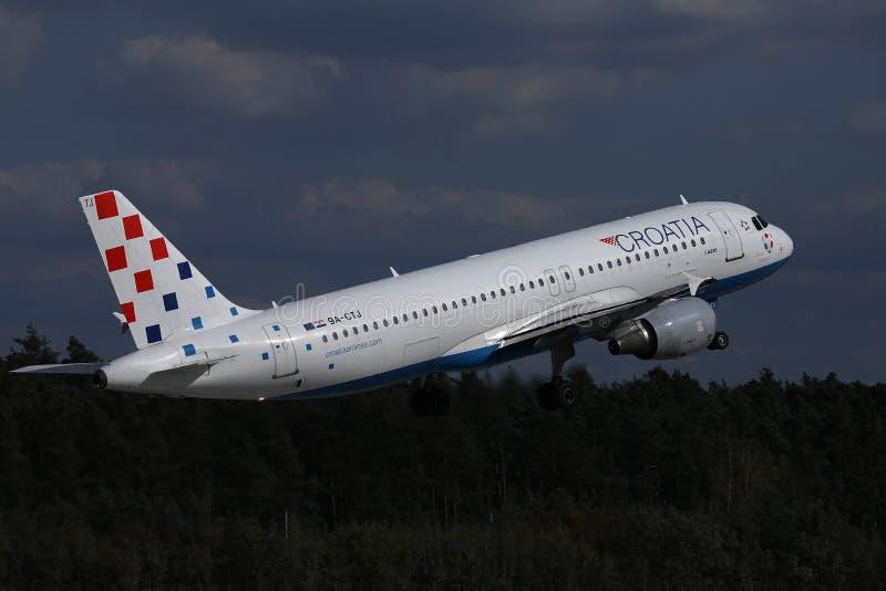 Avion de Croatia Airlines décollant de la piste image libre de droits