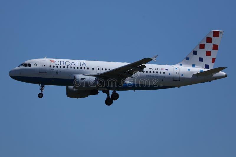 Avion de Croatia Airlines dans l'atterrissage sur la piste photo stock