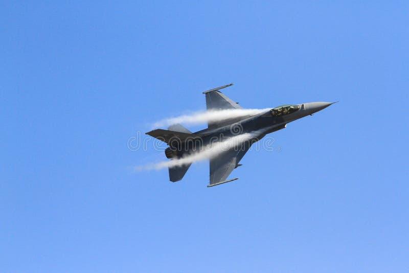 Avion de guerre avec le ciel photographie stock