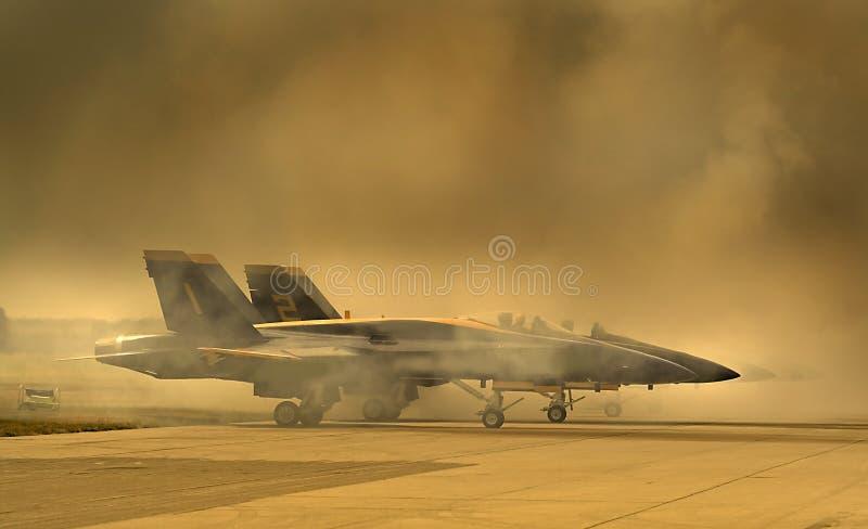 Avion de guerre dans la fumée photographie stock libre de droits